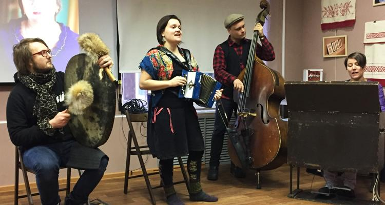 Анне-Мари Кивимяки и ее ансамбль, финская ассоциация Folk Extreme начала работу с российскими партнерами год назад, на их проект 2016 года  - культурные обмены в области народной музыки и фольклора откликнулось 11 российских партнеров. На фото - выступление ансамбля в российской Карелии.