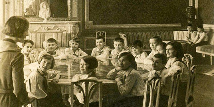 Занятия-в-Красной-гостиной-Дворца,-1937-г.