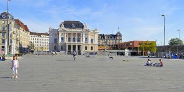 Зексенлойтенплатц, одна из центральных площадей Цюриха.