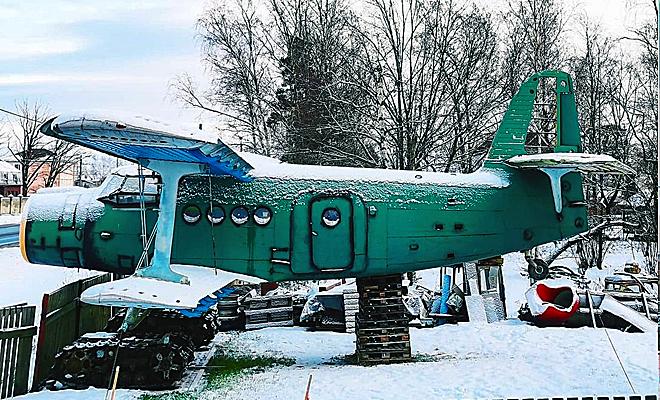 Самолет Ан-2 хозяин дома привез на свой участок по частям, а потом собрал