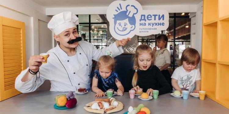 Дети на кухне - мама спокойна