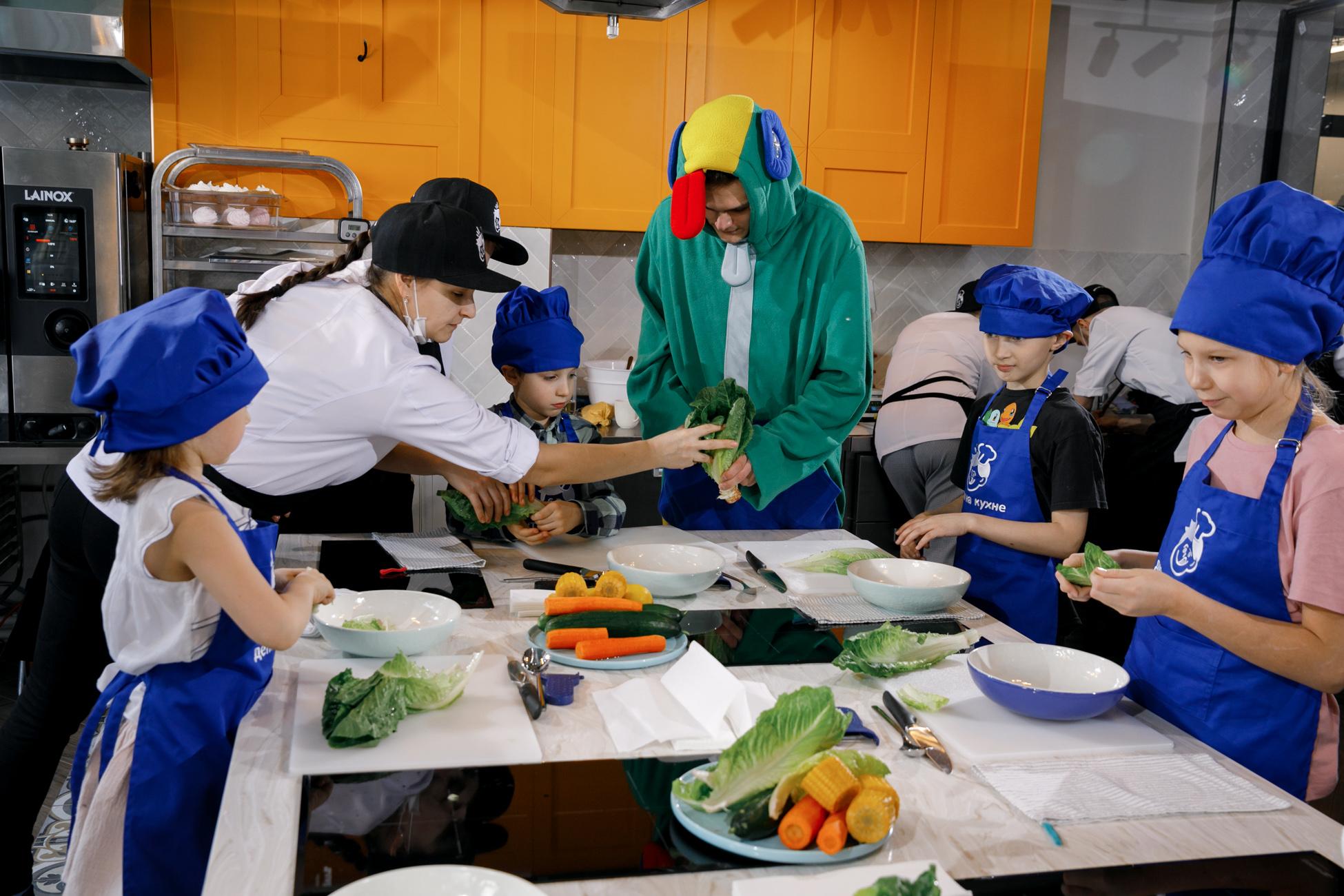 На кухне – дети и не только