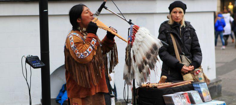 Уличные музыканты играют